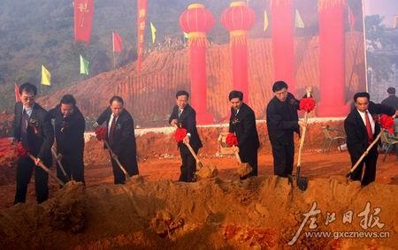 各级领导为广西凭祥综合保税区基础设施建设一期项目奠基。