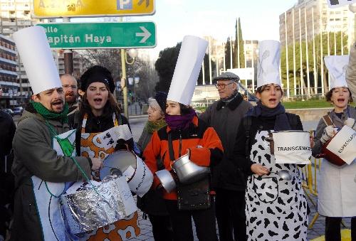 1月26日,在西班牙首都马德里,一些民众在粮食安全高级别会议会场外抗议世界范围内的粮食不安全,并呼吁消除饥饿。当天,为期两天的联合国粮食安全高级别会议在马德里召开,会议将探讨如何更有效地应对威胁全球10亿人生存的饥饿问题。 新华社记者陈海通摄