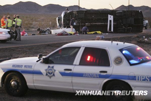 1月30日,救援人员在美国亚利桑那州境内93号高速公路的车祸现场查看。中国驻洛杉矶总领事馆当晚向新华社记者证实,一辆载有中国游客的旅游大巴当天在美国亚利桑那州发生车祸,造成至少7名中国游客死亡、7名中国游客受伤。据美国媒体报道,这辆载有16名中国游客的大巴在亚利桑那州境内的93号公路上发生倾覆后侧翻在路面上。