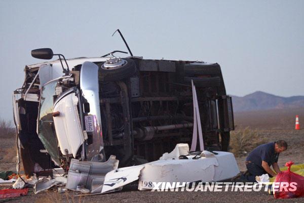 1月30日,一名救援人员在美国亚利桑那州境内93号高速公路的车祸现场查看。中国驻洛杉矶总领事馆当晚向新华社记者证实,一辆载有中国游客的旅游大巴当天在美国亚利桑那州发生车祸,造成至少7名中国游客死亡、7名中国游客受伤。据美国媒体报道,这辆载有16名中国游客的大巴在亚利桑那州境内的93号公路上发生倾覆后侧翻在路面上。