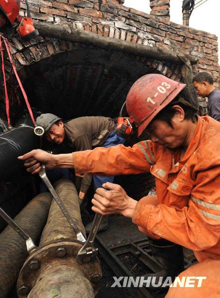 3月21日,救援人员在井口施救。