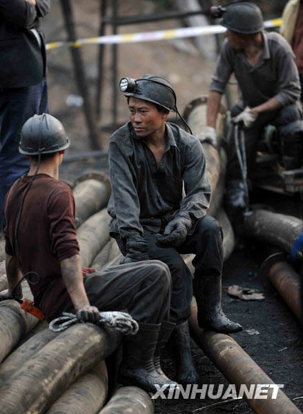 3月21日,参加救援的矿工正在井外焦急等待。