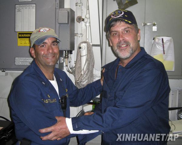这张4月12日美国海军发布的照片显示的是被索马里海盗劫持的美国船长理查德·菲利普斯(右)在获释后与美国海军船舰的一名指挥官合影。美国媒体12日报道,8日被索马里海盗劫持在一艘救生艇上作为人质的美籍丹麦货船船长理查德·菲利普斯已经获释。新华社/美联