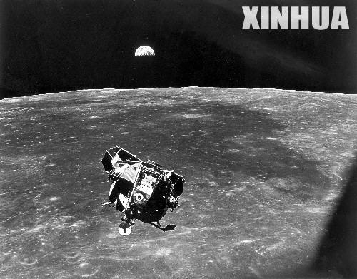 """阿波罗11""""号登月舱在月球轨道拍摄于1969年7月21日的的照片,在"""