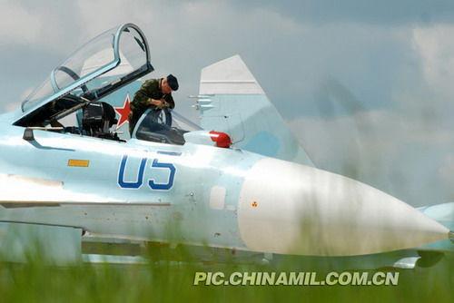 俄空军地勤人员做飞行前准备