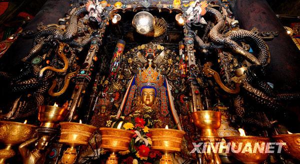 供奉在拉萨大昭寺内的释迦牟尼十二岁等身佛像(7月26日摄)。