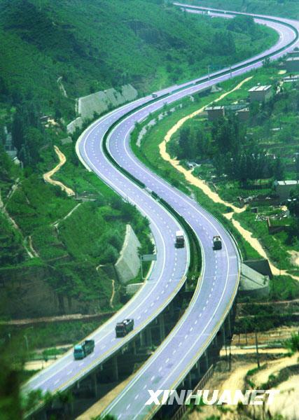通过延安的包茂高速公路被绿色包围(2009年7月29日摄).新华社记