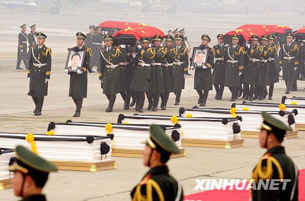 1月19日,礼兵护送八位烈士的灵柩,灵柩上覆盖着中华人民共和国国旗。当日,专程接运在海地地震灾害中遇难的八位中国维和警察灵柩的专机抵达北京首都国际机场。
