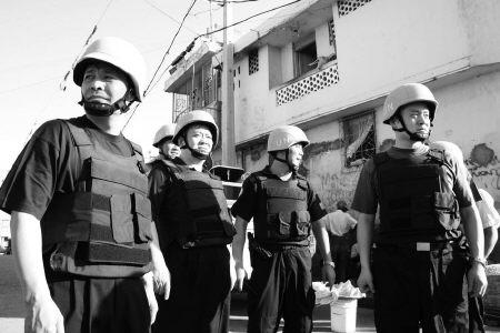 李晓明(右一)和战友们在一起
