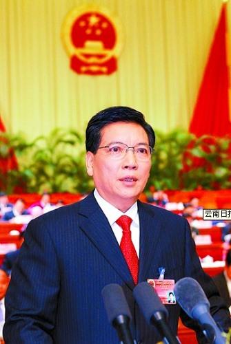 秦光荣代表云南省人民政府向大会报告政府工作。