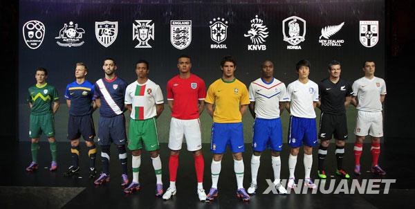 """2月25日,斯洛文尼亚、澳大利亚、美国、葡萄牙、英格兰、巴西、荷兰、韩国、新西兰和塞尔维亚等队(从左至右)在伦敦发布了球队参加2010年南非世界杯的球衣款式。这是各队球星在展示本队参加世界杯的""""战服""""。"""