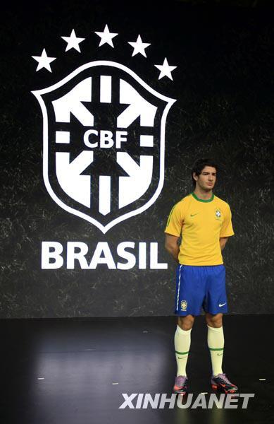 """2月25日,巴西队球员帕托展示2010年南非世界杯巴西队""""战服""""。当日,斯洛文尼亚、澳大利亚、美国、葡萄牙、英格兰、巴西、荷兰、韩国、新西兰和塞尔维亚等队在伦敦发布了球队参加2010年南非世界杯的球衣款式。"""