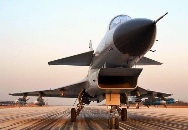 国产歼-10型战斗机准备起飞。注意战机挂载的两种空空导弹。