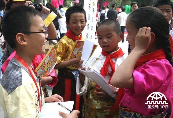 """玉树地震灾区儿童在京过""""六一""""(组图)"""