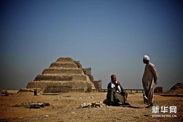 5月23日,在埃及首都开罗南部塞加拉地区的阶梯金字塔旁,工作人员在