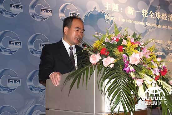 2011年9月5日,首届(2011)世界产业领袖大会在中国吉林省长春市举行。大会由亚太总裁协会,中国吉林省人民政府主办。本届大会的主题为新一轮全球经济结构调整下的国际科技与产业转移。图为著名国际经济学家、亚太总裁协会全球执行主席郑雄伟为首届世界产业领袖大会致辞。