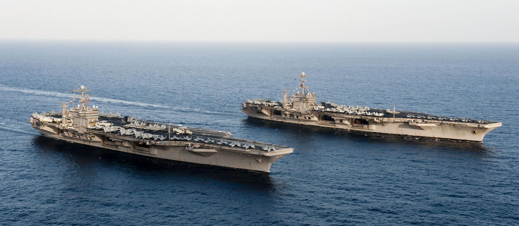 美国航母编队穿越霍尔木兹海峡