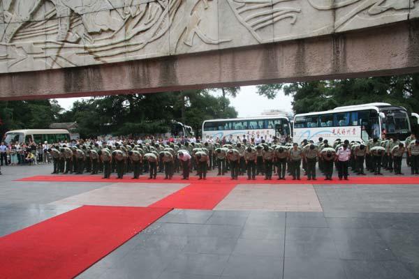 公安部警卫局官兵拜谒红军山烈士陵园