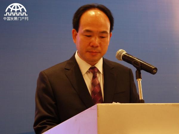 由著名国际经济组织亚太总裁协会(APCEO)与中国吉林省人民政府第三次联合主办的世界产业领袖大会(GELS)作为中国东北亚博览会主要会议之一,2013年9月4 -5日在长春隆重举行。本届大会的主题是:城市化的世界发展经验与中国城镇化的全球合作机遇。图为著名国际经济学家、亚太总裁协会全球执行主席郑雄伟致辞。
