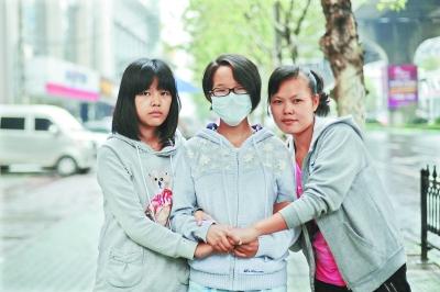 新洲大学生罗亚琴(中)被确诊为白血病后,姐姐罗便琴(右)、妹妹罗亚男(左)表示,一定要帮她渡过难关 记者彭年 摄
