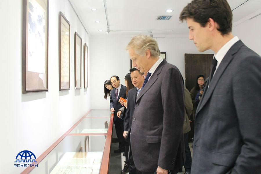 法国前总理、亚太总裁协会全球主席多米尼克·德维尔潘一行参观考察浙江省武义县。中国发展门户网 关威威 摄