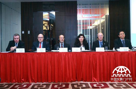 """12月11日,能源基金会主办的""""交通拥堵费和低排放区国际经验媒体交流会""""在北京举行,来自美国、英国、瑞典、意大利的专家介绍了国外在征收拥堵费方面的相关经验。"""