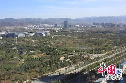 俯瞰位于云南昆明呈贡的中央公园和昆明行政中心。