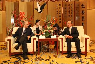 湖北省委常委、武汉市委书记阮成发,武汉市市长唐良智会见出席第二届世界新兴产业大会贵宾亚太总裁协会全球主席、法国前总理多米尼克·德维尔潘。