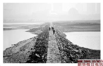 ...降雨偏少和持续晴暖天气影响,江西省最大河流赣江出现低枯水... (6)