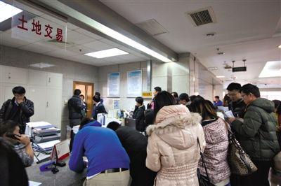 ?1月16日,参与北京土地竞拍的企业代表排队交保证金拿号入场。据统计,当天北京的土地出让金额总计约118.85亿元。实习生 王飞 摄
