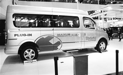 图为第13届北京国际车展上,上汽大通发布的国内首款增程式电动宽体轻客V80Hybrid。商用电动车能否成为推广新能源汽车的突破口?