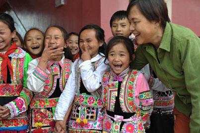 """""""光彩爱心家园——乐和之家""""留守儿童试点项目研讨会近日在重庆黔江区召开。来自中央统战部,中国光彩事业基金会,重庆、四川、湖南、贵州相关政府部门,学界、企业、社会组织和媒体的代表就留守儿童及关爱模式展开深入探讨。"""