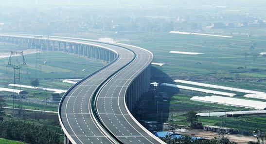 西安至铜川新区高速公路掠影 图片来源网络 中国发展门户网讯 据《2013中国环境状况公报》数据,2013年,继续加大公路水路环境保护设施和资金投入。其中公路环境保护投入125亿元,75%用于生态保护设施;港口环境保护投入32亿元,68%用于污染防治设施。 推进了交通运输环境监测网规划编制与试点工程建设工作。实施了4项已建工路生态建设和修复试点工程、2项服务区清洁能源和水资源循环利用试点工程。加强溢油应急能力建设,形成了国家重大海上溢油应急处置部际联席会议制度,启动了《国家重大海上溢油应急能力建设规划》、