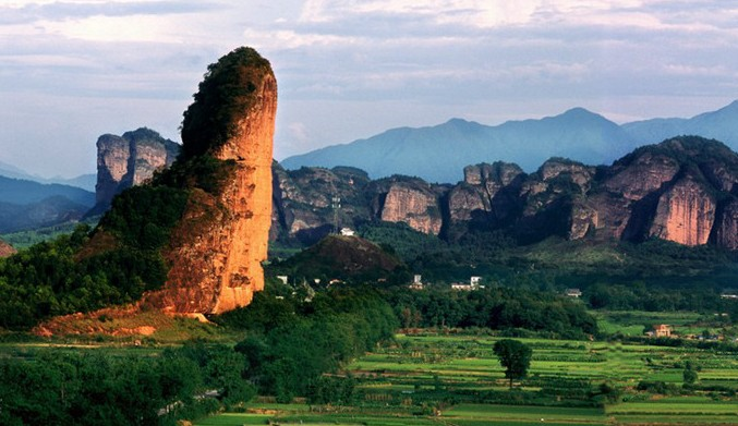 整个景区面积220平方公里,是我国典型的丹霞地貌风景,中国道教发祥