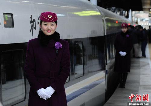 中国的高速铁路网是世界上规模最大、发展最快的高铁网,对劳动生产率、就业、工业增长和区域发展都带来了重要的影响。但是,常规的成本效益分析方法往往无法很好地反映这些重要影响。世界银行最新技术援助课题协助中国铁路总公司开发一种用于甄别和量化中国高铁项目区域经济影响的标准化和可操作的方法。