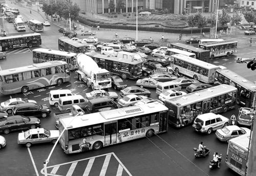 近日,天津市政府宣布从2013年12月16日零时起在全市实行小客车增量配额指标管理,并将自2014年3月1日起,依据北京的经验对车辆尾号实施机动车限行交通管理措施。对于占据财险市场超过50%份额的车险行业,在多地推出摇号、拍号等购车限制措施下将面临危机。