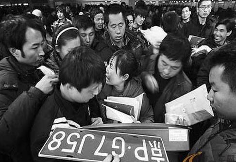 《北京市2013-2017年机动车排放污染控制工作方案》任务分解表昨天发布。市科委将牵头制定出台《北京市新能源小客车示范运行管理办法》,市经济信息化委负责新能源汽车车型选定。