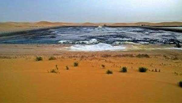 腾格里沙漠遭工业污染:黑色管道直接插入沙中