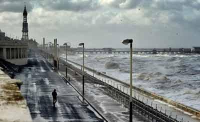 """2014年10月21日,飓风""""冈萨洛""""来袭,英国多地狂风携巨浪冲上海岸。飓风""""冈萨洛""""带来连夜的降雨,风力达到每小时70英里,威尔士全境发出黄色预警。"""
