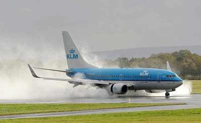 """当地时间2014年10月21日,飓风""""冈萨洛""""袭击英国,飓风""""冈萨洛""""带来连夜的降雨,风力达到每小时108英里,飞机在狂风中惊险着陆"""