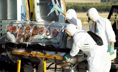 当地时间10月30日,世界银行集团在加纳首都阿克拉宣布再增加1亿美元埃博拉应对资金,用于加快向埃博拉疫情最严重的西非三国派遣外国医务人员,这使世界银行集团在过去三个月承诺向几内亚、利比里亚和塞拉利昂三国提供的抗击埃博拉金援总额超过了5亿美元。