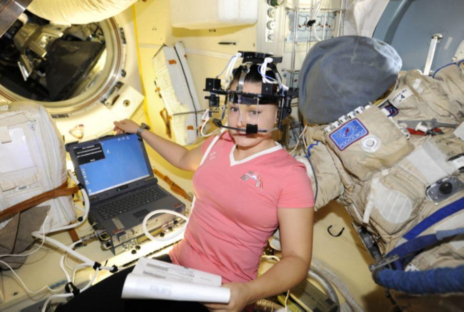 俄美女宇航员再晒太空生活