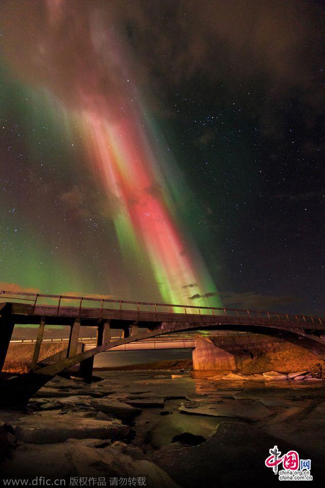 冰岛上空现奇特极光 形似基督像(组图)