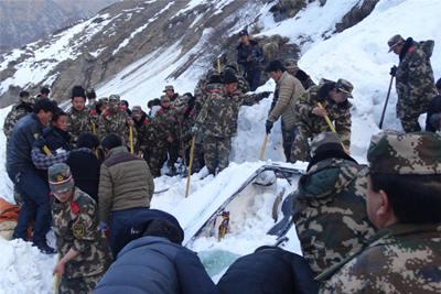 西藏吉隆雪崩致17名群众被困 边防官兵连夜救援
