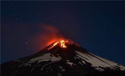 智利比亚里卡火山喷发 3000多人被疏散
