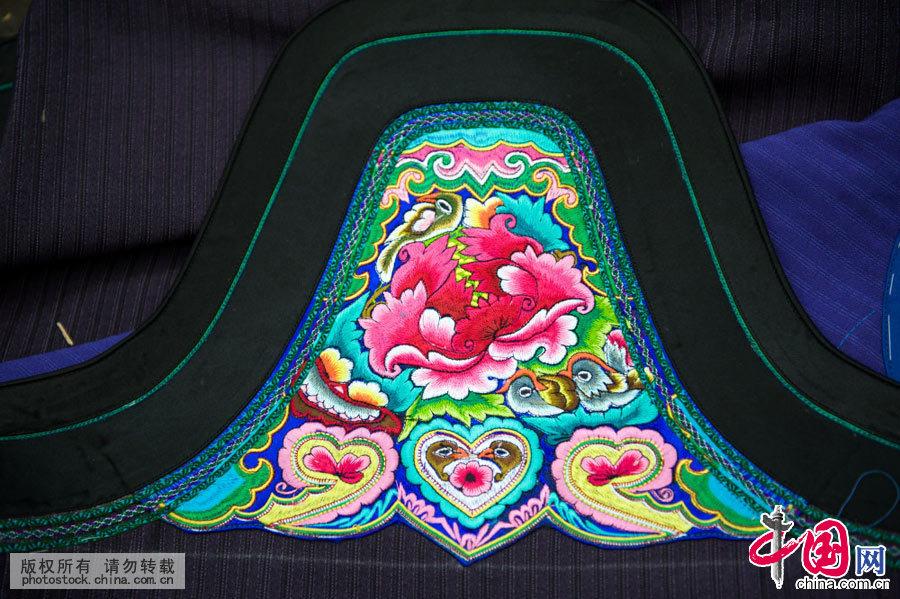是中国所有的民族服饰里最多姿多彩