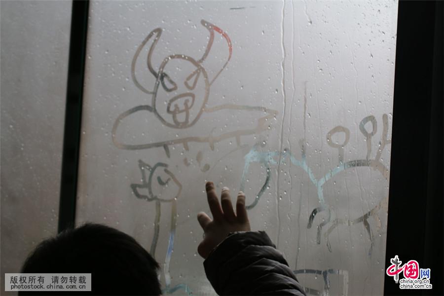 辆公交车玻璃上画画