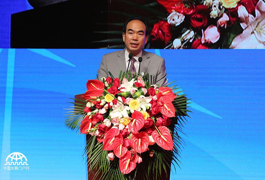 著名国际经济学家、亚太总裁协会全球执行主席郑雄伟在会上宣读了《世界新兴产业大会郑州宣言》
