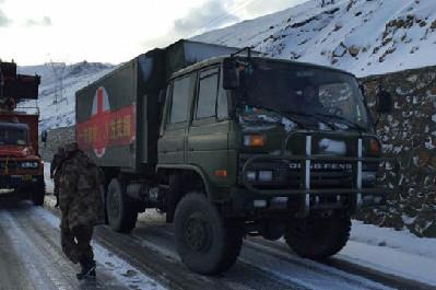 西藏军区后勤部满载物资驰援灾区