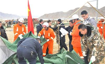 搭建救灾帐篷 迎接樟木口岸首批转移受灾群众